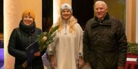 Räpina Aianduskooli raamatukoguhoidja Külli Nõmmistu Räpina valla tänukirja vastu võtmas. Foto: Merle Värv